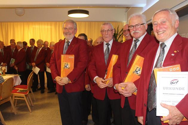 Sie singen schon lange im MGVF: v.links: Wolfgang Thum (25 Jahre), Siegfried Schäfer (25 Jahre), Walter Dezelak (30 Jahre), Rudolf Schmidt (30 Jahre)