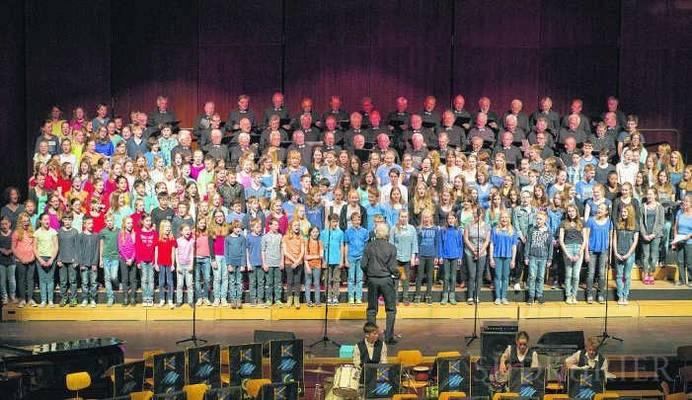 Der Männerchor Friedrichshafen-Fischbach bildete mit den Schülern des KMG einen 200 Stimmen starken Gesamtchor. Bild: Rüdiger Schall