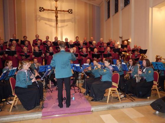 Harmonie pur demonstrieren die stimmgewaltigen Sänger des Fischbacher Männerchores und die Musikkapelle Fischbach.